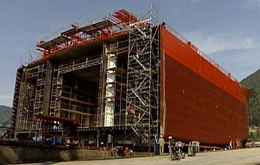 Verftet i Førde byggjer ein del av skipet medan verftet i Florø byggjer resten. (Foto: Arild Nybø, NRK)