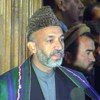 Hamid Karzai innsettes i dag som leder for regjeringen som skal sitte i en seks måneders overgangsperiode.