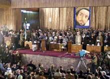 Hamid Karzais interimstyre har problemer med å utøve autoritet i hele Afghanistan. Bildet viser innsettelsen i desember. (Foto: Scanpix/AP)