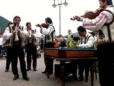 Rumensk gruppe spelar på utekonsert under Førde Internasjonale Folkemusikkfestival. (Foto: Arild Nybø, NRK)