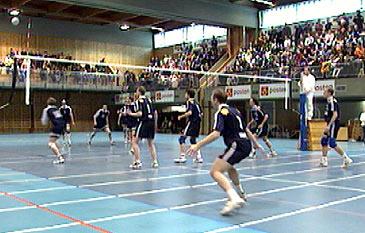 Førde volleyballklubb under kamp i Førdehuset. (Foto: NRK)