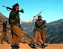 Indiske soldater på vakt ved grensen i Rajouri-området. (Foto: AP/Scanpix)