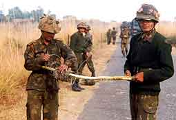 Indiske soldater på grensen mot Pakistan.