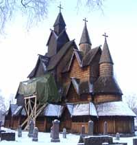 Heddal stavkirke i vinter.