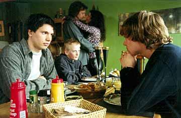 Roger i familieselskap hos faren, hans nye kone, hennes sønn og halvbroren.