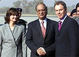 Storbritannias stasminister Tony Blair møtte utenriksminister Abdul Sattar i Pakistan da han ankom Islamabad i dag sammen med kona Cherie. (Foto: AP)
