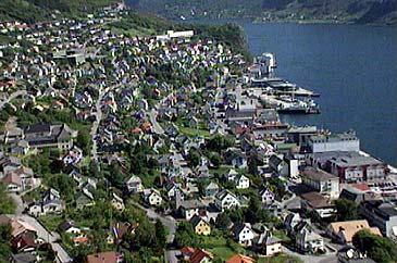 Bustader og forretningsbygg i Måløy. (Foto: Arild Nybø, NRK)