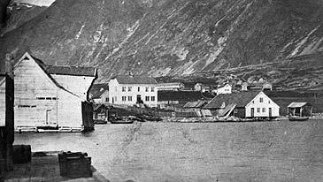 Årdalstangen i 1880-åra. Klingenberg hotell er det kvite huset i midten. (Foto © Fylkesarkivet)