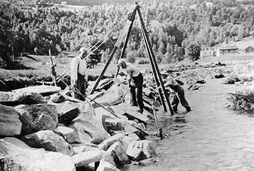 Arbeid med elveførebygging i Holsen på 1920-talet. (Foto © Fylkesarkivet)