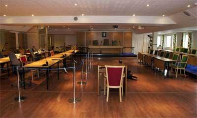 Åråsen konferansesenter er omgjort til Eidsivating lagmannsrett: De tiltalte, deres advokater og aktoratet vil sitte ved bordene til venstre og juryen til høyre. (Foto: Erlend Aas/Scanpix)