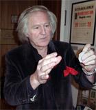 Tryllekunstneren Finn Jon viser noen av sine triks i Norge Rundt 11.januar.