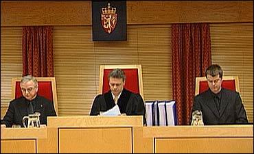 Terje Mowatt leiar rettssaka. Tore Jakob Matdsen og Steinar Ryland er meddomarar. Foto Randi Indrebø © NRK