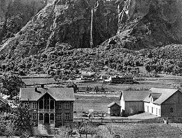 Blåflat skysstasjon og hotelll på Ljøsne i Lærdalsdalen på 1920-talet. (Foto © Fylkesarkivet)