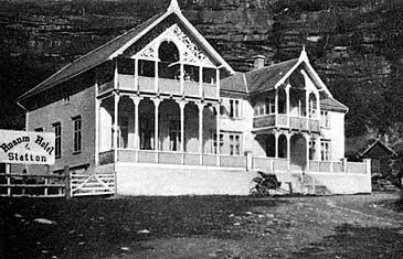 Husum hotell tidleg på 1900-talet. Mange av laksefiskarane budde her. (Foto © Fylkesarkivet)