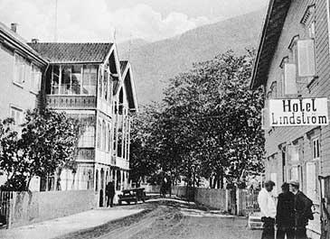 Lærdalsøyri med hovedbygningen til Lindstrøm hotell i 1920-åra. Bygningen til høgre er