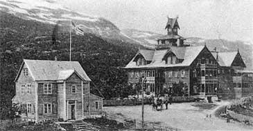 Maristuen i 1907. Kårhuset er bygningen til venstre. (Foto © Fylkesarkivet)
