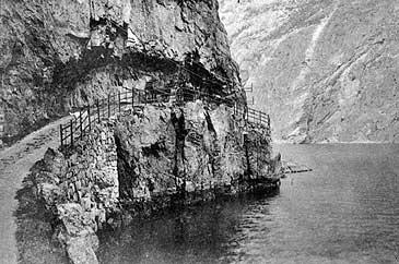 Vegen frå Habben til Erdal mellom 1890 og 1910. Telegraflina er festa i bergveggen. (Foto © Fylkesarkivet)