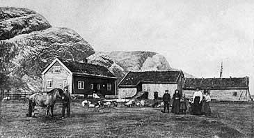 Kjelkenes krambu (t.h.) like før 1900. Mannen med hesten er Henrik Frimandslund. (Foto © Fylkesarkivet)