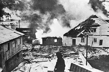 Brann i Måløy sentrum under Måløyraidet i 1941. (Foto © Fylkesarkivet)