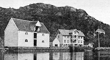 Handelsstaden Bryggja i 1900. Sjøhuset til venstre vart kjøpt av Lem i og flytta til Måløy i 1920. (Foto © Fylkesarkivet)