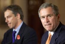 Tony Blair (t.v.) lovet støtte til George W. Bushs krig mot Irak tidligere enn det som hittil har vært kjent. (Arkivfoto: AP/Scanpix)