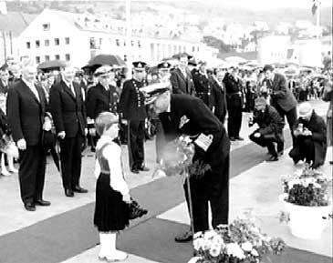 Kong Olav V går i land i Måløy i 1966 for å avduke Linge-bautaen. (Foto: NRK)