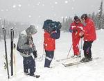 Fotograf Dag Indrebø og lydtekniker Trond Baugstø gjør opptak. Foran kamera: skiinstruktør Toni Kooning (t.v.) og programleder Stein S. Eide. (Foto: Niklas Rödin)