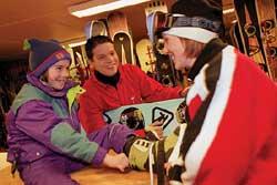 For mange starter skidagen i skiutleia. (Foto: Bosse Lind)