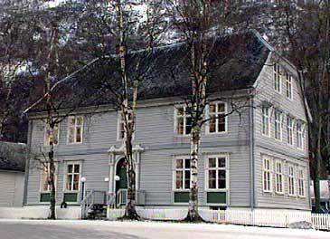 Lærdal Apotek heldt frå 1879 til i dette bygget. Seinare har m.a. Nummeropplysningen til Telenor halde til i bygget. (Foto: Atle Løkken, NRK)