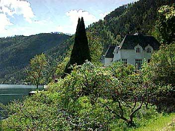 Frønningengodset ved Sognefjorden med det store herskapshuset. (Foto: Stein Magne Os, NRK)