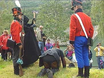 Frå Kongevegjubiléet i 1993. Rekonstruksjon av halshogginga i 1803. (Foto: Atle Løkken, NRK)