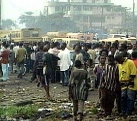 Sjokkerte overlevende leter etter slektninger i Lagos.