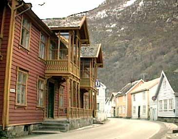 Kvammes hotell ligg midt i Øyragata på Gamle Lærdalsøyri. I dag held mellom andre Turistinformasjonen til i den gamle hotellbygningen. (Foto: Asle Veien, NRK)