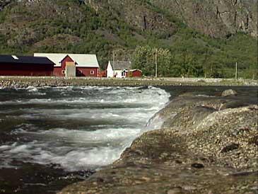 Forbygging langs dyrka mark ved Lærdalselvi. (Foto: NRK)