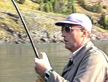 Kong Harald V har vore fast gjest som laksefiskar i Lærdal heilt frå han var 15 år gamal. Her er han som kronprins i 1984. (Foto: Ole Fretheim, NRK)