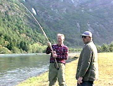 Per S. Hjermann var god ven med dåværande kronprins Harald. Her hjelper han til med å dra i land ein laks kronprinsen har fått på kroken. (Alle foto: Ole Fretheim, NRK)