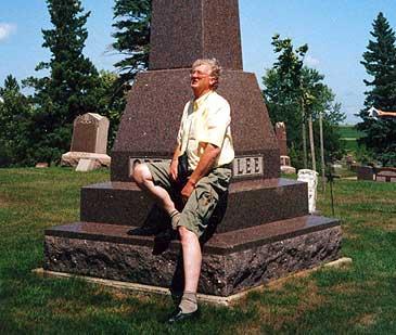 Lærdølen Knut O. Aarethun ved Orton-bautaen i Ortonville i USA. Bautaen er sett opp som minne etter Knut Knutson Aarethun som grunnla byen i 1879. (Foto © Oddvar Natvik)