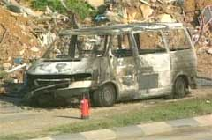 Bilen til de to israelerne tok fyr etter eksplosjonen. (Foto: AP)