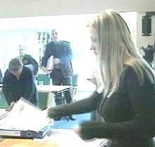 Kristin Kirkemo Haukeland måtte forklare hvorfor hun ikke husker ting når hun påstår å ha klisterhjerne (Foto: NRK)