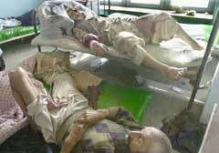 Mange soldater som er lojale til den nyutnevnte guvernøren er såret og ligger på sykehus etter kamper i Gardez (Foto: Enric Marti/AP-Scanpix)