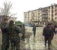 Befolkningen prøver å leve videre blant sterkt skadde bygninger. (Foto: TF1)