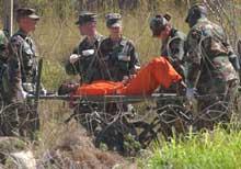 En fange ved den amerikanske Guantanamo-basen på Cuba bæres bort på båre. (Foto: Scanpix/AP/Lynne Sladky)
