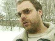 Roger Åsheim er den drepte guttens far. Han vil anmelde politiet fordi de ikke grep inn. (Foto: NRK)