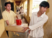 Kambodsjanske valgmedarbeiderer gjør praktiske forberedelser til valget. (Foto: Scanpix/AP/David Longstreath)