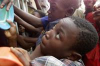 Barn i matkø i en leir for hjemløse i Lagos. Men mange barn kom aldri til rette. (Foto: Saurabh Das, AP)