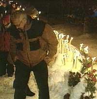 Faklene ble satt ned i snøen hvor gutten ble drept. (Foto: NRK)