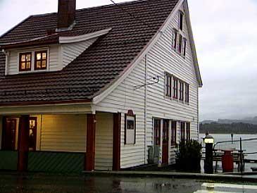 Hjørnevikbua i Strandgata i Florø vart bygd av Helje Hjørnevik i 1870. (Foto: NRK)