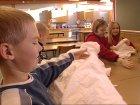 Kongsberg-barn med loppemarked-tekstiler. (Foto: Harald Inderhaug)