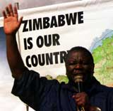Tsvangirai under gårsdagens demonstrasjoner (Foto AP/Scanpix)