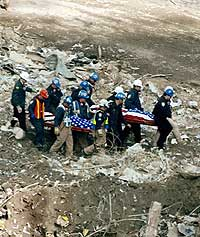 To av de omkomne fraktes bort lørdag 9. februar 2002. (Foto: Scanpix/AP/Louis Lanzano)